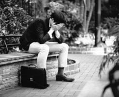 人間関係で失敗して落ち込む男性